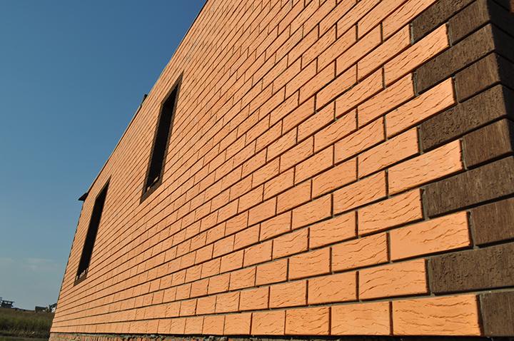 Специалисты по отделке фасадов чаще всего рекомендуют приобретать для облицовки кирпич «Рауф»