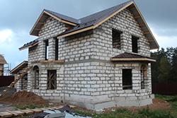 Дома из газобетона отличаются от стандартных строений характеристиками стен