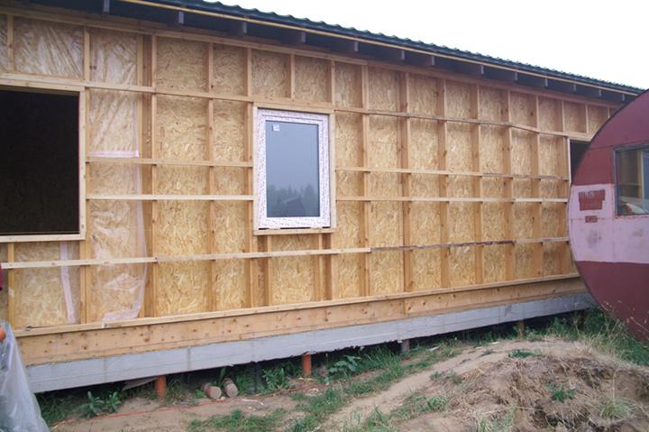 В зависимости от состояния и типа стен здания, следует принять решение о целесообразности обустройства каркаса деревянной или металлической обрешётки