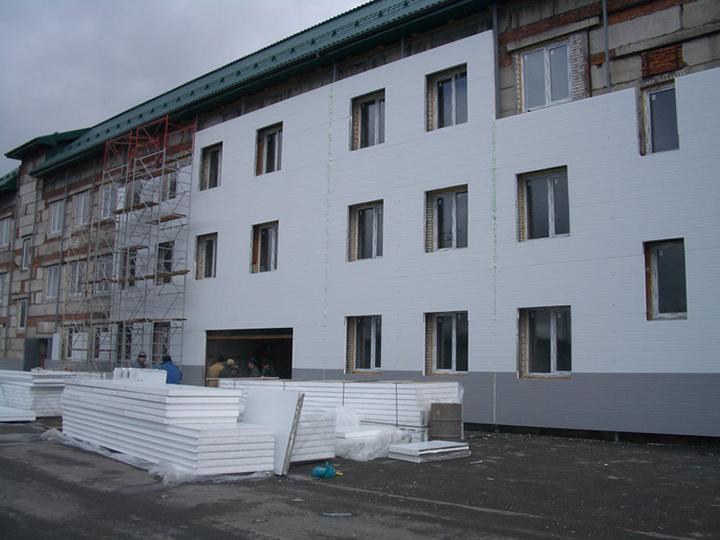 Наиболее часто в качестве утеплителя при оформлении фасада сайдинговыми панелями используется пенополистирол или пенопласт в плитах