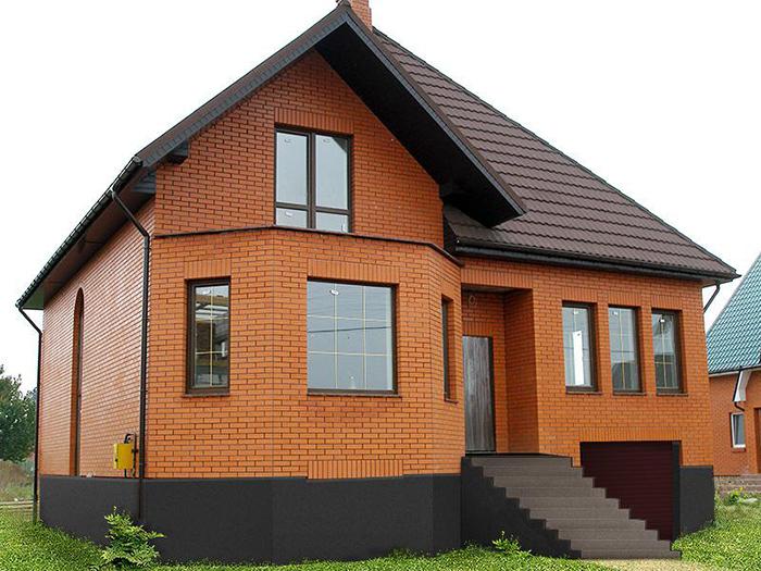 Если при возведении дома был использован простой кирпич, то фасад такого строения обязательно будет нуждаться в выполнении наружной отделки