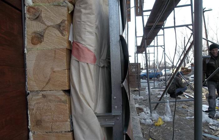 Как правило, технология утепления фасада каркасного или монолитного дома снаружи варьируется в зависимости от пожеланий домовладельца и параметров сайдинговых панелей, приготовленных для обшивки