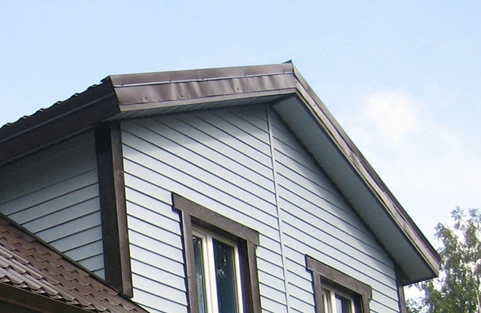 Ветровые планки под сайдинговые панели не только несут функциональную и защитную нагрузку, но и придают фасадной части сооружения законченный вид