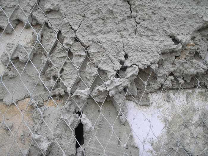 Следует помнить: для того чтобы получить максимально качественное сцепление штукатурной смеси со стеновой поверхностью, следует использовать специальную штукатурную сетку