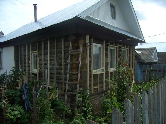 Старые деревянные дома, как правило, требуют использования лёгких отделочных материалов, в качестве которых могут выступать виниловый и цокольных сайдинги