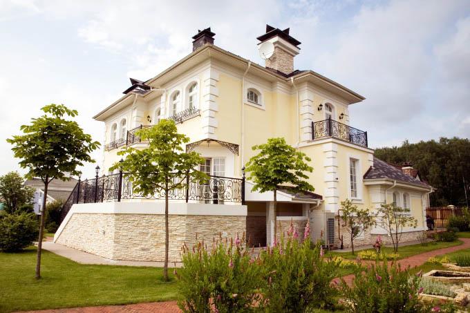 Фасады в стиле прованс, как правило, выполнены в светлых оттенках