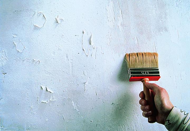 Поверхность стен требует внимательного осмотра, который позволит оценить весь предстоящий объём работ по подготовке фасада к монтажу обрешётки