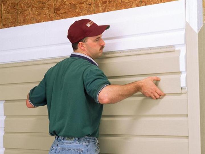 Монтаж сайдинга или панелей блок-хаус должна выполняться в соответствии с регламентированной производителем инструкцией