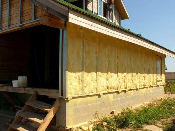 Деревянные дома в значительной степени нуждаются в обустройстве качественной облицовки, что обусловлено недостаточной устойчивостью такого природного материала, как древесина, к неблагоприятным внешним воздействиям