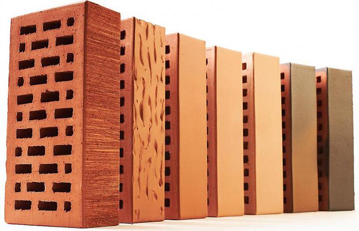 Кирпич керамический обладает внутренними пустотами или сквозными отверстиями, которые облегчают вес выполняемой конструкции и придают облицовке дополнительные теплоизолирующие качества