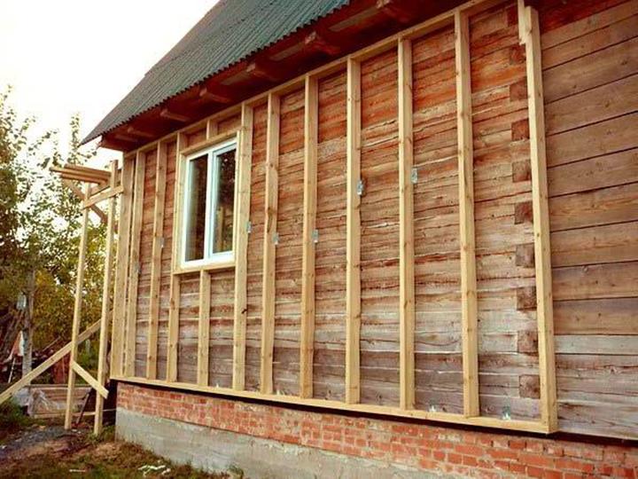 Деревянные каркасы используются при монтаже облицовки на деревянных фасадах, а металлическую обрешётку целесообразно использовать при монтаже обшивки на кирпичных стенах