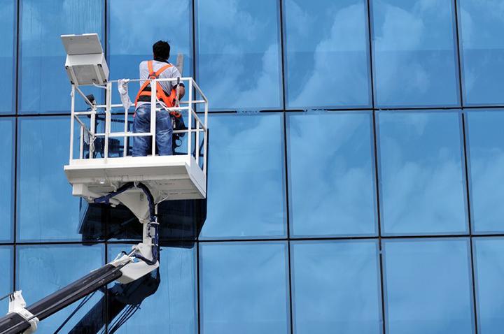 Уход за стеклянными фасадами заключается в обращении в специальные клининговые компании раз в полгода
