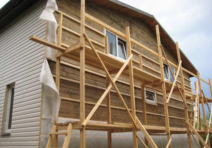 Обустройство фасада деревянного здания сайдингом легко можно сделать своими руками