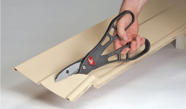Ножницы или ножовка по металлу потребуется для работы по резке любых металлических частей