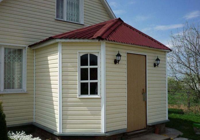Виниловый сайдинг обладает внутренней структурой, которая обеспечивает естественную воздушную циркуляцию и способствует вентилированию фасада