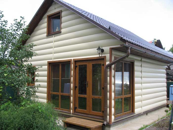 Одним из важнейших правил выбора сайдинговых панелей по цвету является сочетание окраски фасадной части с материалом, использованным для обустройства крыши, цокольной части, окон, а также углов, софитов и водосточной системы