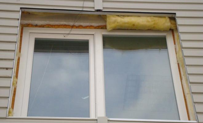 Обшивка сайдинговыми панелями проема окон позволит замаскировать незначительные недочеты, однако точное соблюдение технологии позволяет получить гарантированно долговечную и качественную отделку проема окон