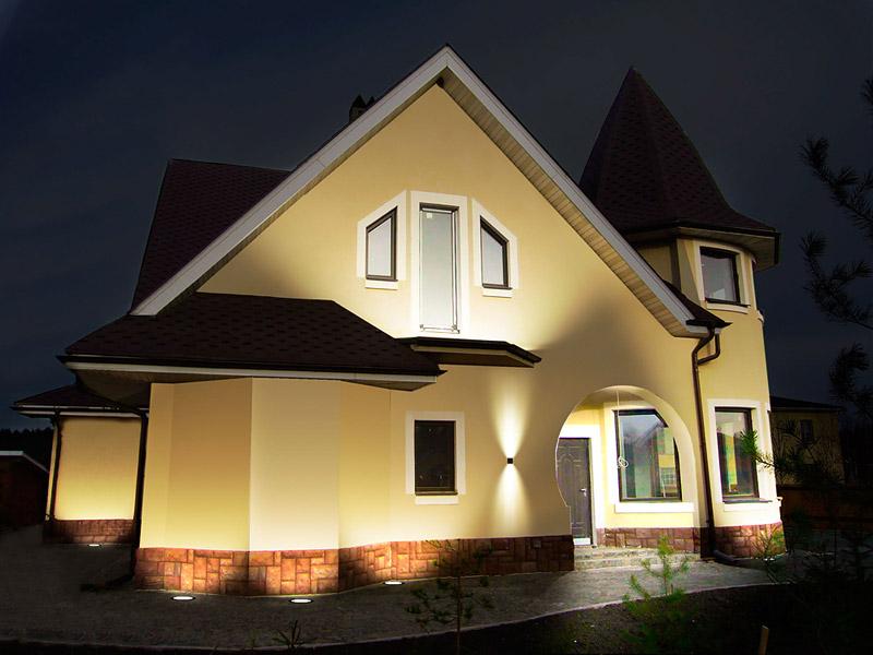 Грамотно выбранный прожектор или светодиодная подсветка гарантируют отличный внешний вид строения в сочетании со стопроцентной безопасностью
