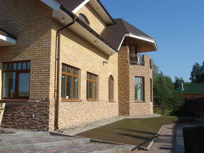 Современный качественный кирпич не только является идеальным материалом для проведения капитального строительства, но и широко применяется для отделки фасадов зданий