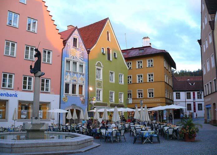 Цветные фасады очень актуальны не только при малоэтажном строительстве