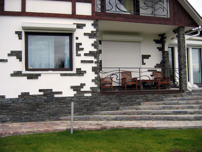 Облицовка домов камнем трудоемка, но только при использовании натурального материала