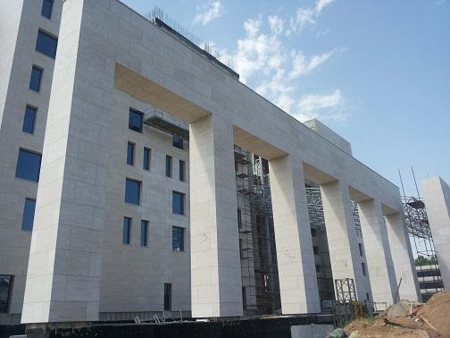 внешняя отделка фасада здания в процессе