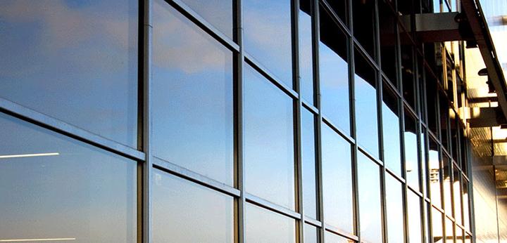 Сплошное остекление фасадов выглядит респектабельно, так как позволяет получить идеально ровную поверхность в особенности при наличии подсветки