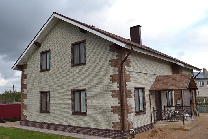 Выглядит фасад здания, обустроенный сайдинговыми панелями, очень привлекательно и стильно