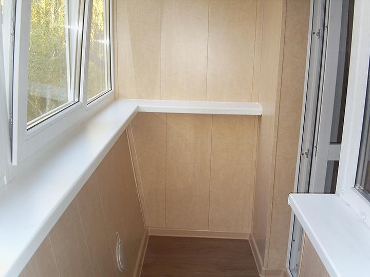 Для выполнения внутренней обшивки балконов или закрытых веранд достаточно часто применяется металлический вариант сайдинговых панелей