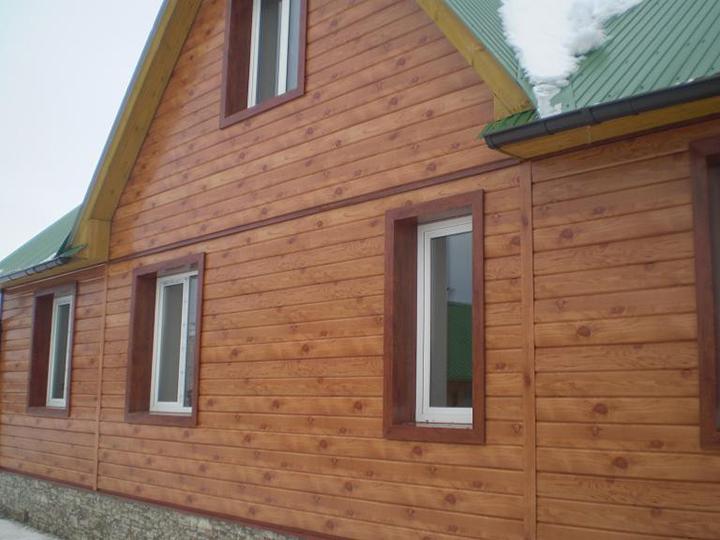 Используя сайдинговые панели в стиле «Венец» при необходимости выполнить обшивку фасада, потребители получают почти готовый натуральный бревенчатый дом