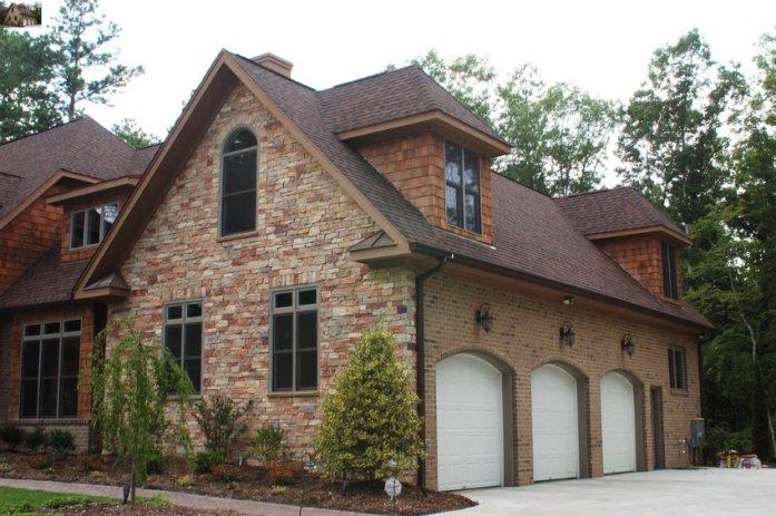 Декоративная отделка камнем нравится большинству домовладельцев
