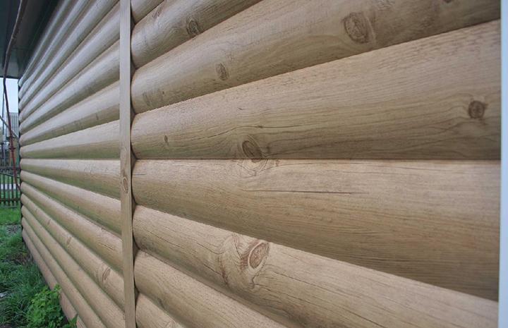 Металлический вариант сайдинговых панелей под дерево серии «Венец» очень часто называют металлическим блок-хаусом, который является удачной имитацией натурального бревна