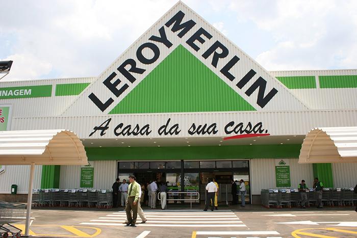 Пластиковый или металлический сайдинговый вариант или блок-хаус в ассортименте представлен в «Леруа Мерлен» и других крупных стройцентрах