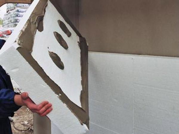 Отделочные панели из пенопласта обязательно наклеиваются на фасадную поверхность в направлении снизу вверх