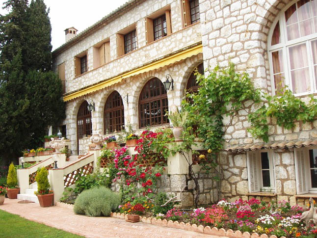 Классическое выполнение фасада в стиле прованс предполагает использование только нескольких видов отделочных материалов