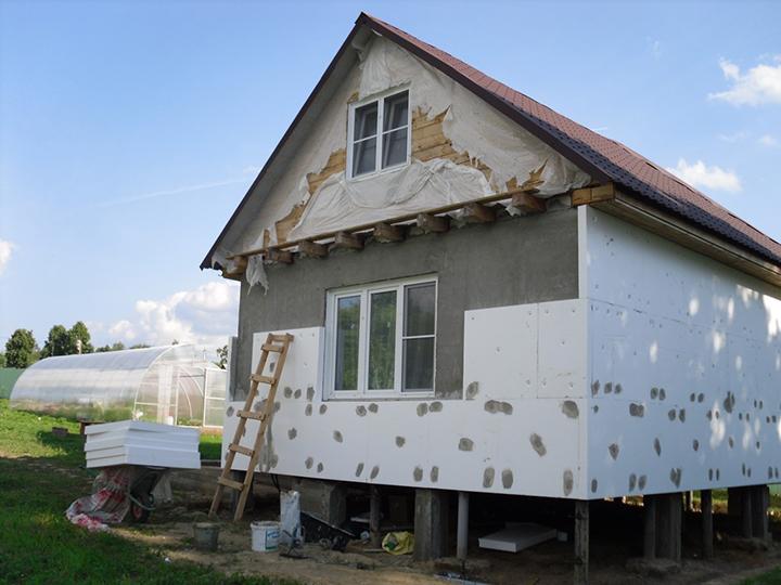 Каждый домовладелец понимает, что чем выше качество теплоизоляции стен дома снаружи, тем более комфортный микроклимат обеспечивается в помещении