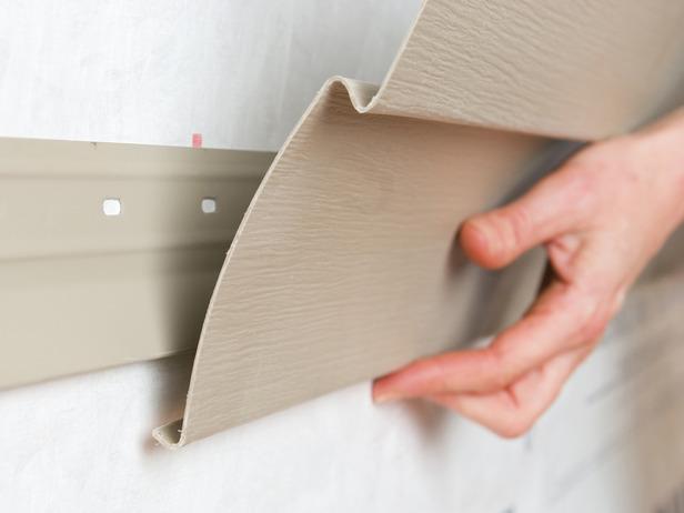 Использование оцинкованных саморезов позволит легко демонтировать один или несколько отделочных панельных элементов с выполнением локальной замены повреждённых участков