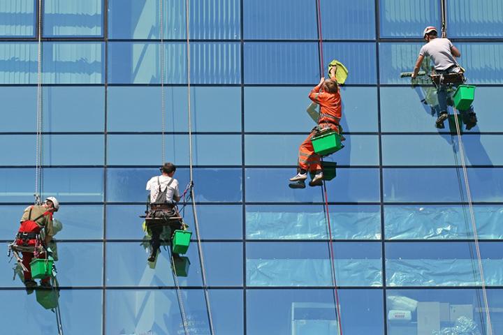 Для проведения таких работ, как мойка окон и фасадов на значительной высоте, обычно приглашают промышленных альпинистов