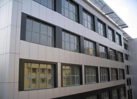 Фасад из Алюкобонда имеет малый вес и не создает нагрузку на стены и фундамент