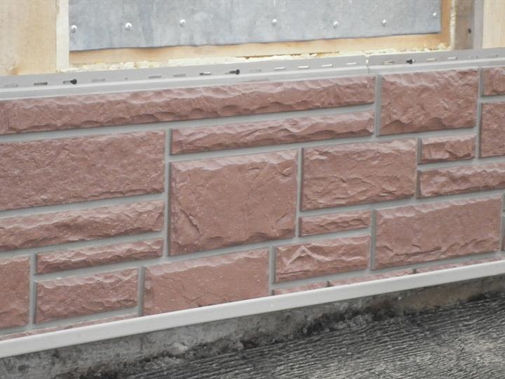 Панельный цокольный сайдинг может быть смонтирован на практически любых строительных поверхностях посредством гвоздей или шурупов