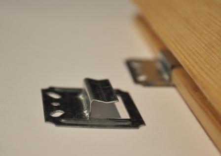 Скрытый крепеж надежно удерживает доску, не повреждая древесину
