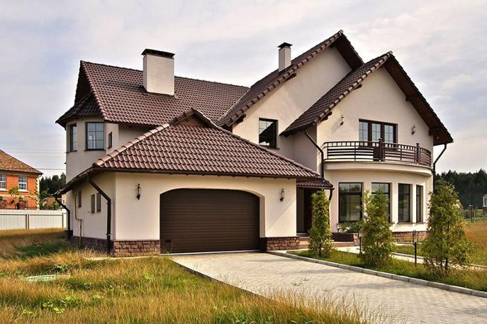 Самым доступным для большинства потребителей вариантом является отделка фасада декоративной штукатуркой