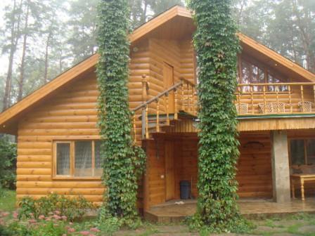 Главной особенностью панелей блок-хауса является то, что данный материал во многом превосходит натуральную древесину