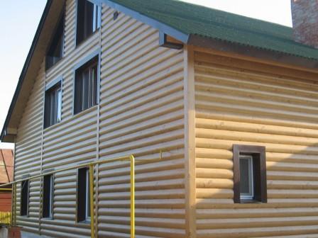 При выборе блок-хауса для облицовки дома, следует обращать внимание на породу дерева, из которого изготовлены те или иные панели