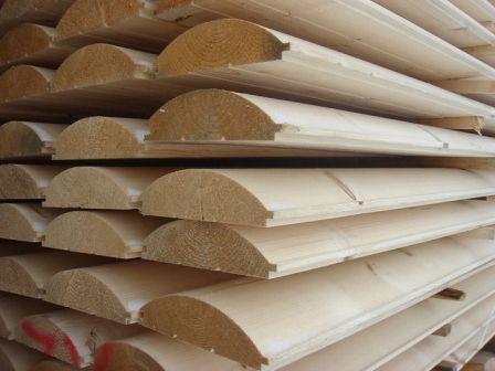 Блок-хаус считается недорогим материалом, поэтому им часто отделывают не только сам дом, но и хозяйственные постройки