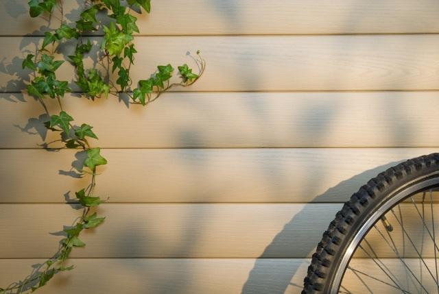 Перед монтажом блок-хауса на фасаде можно нанести лак на шип. Так можно избежать появления неприглядных белых полос во время усадки досок