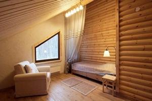 Внутренняя отделка стен деревом делает дом теплее и уютнее