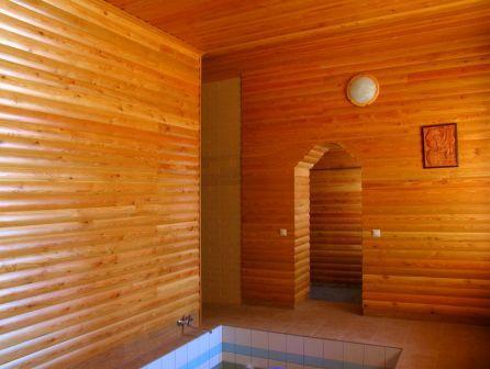 Доски блок –хауса устанавливаются строго по уровню, а не по линии пола