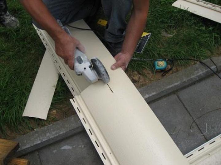 Для резки материала на основе пластика допускается использование ножниц по металлу, ножовки, ножа-резака или ручной электропилы