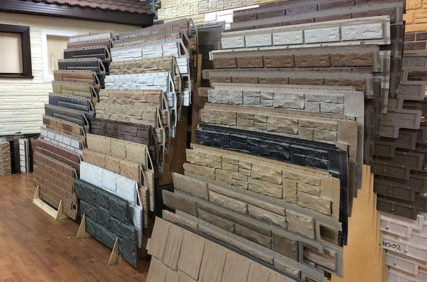 В настоящее время производителями предлагается более десяти различных оттенков и цветов. Кроме того, достаточно востребованы панели с имитацией тёсаного камня, сланца, а также имитирующие бутовый камень, жжёный камень, белый камень